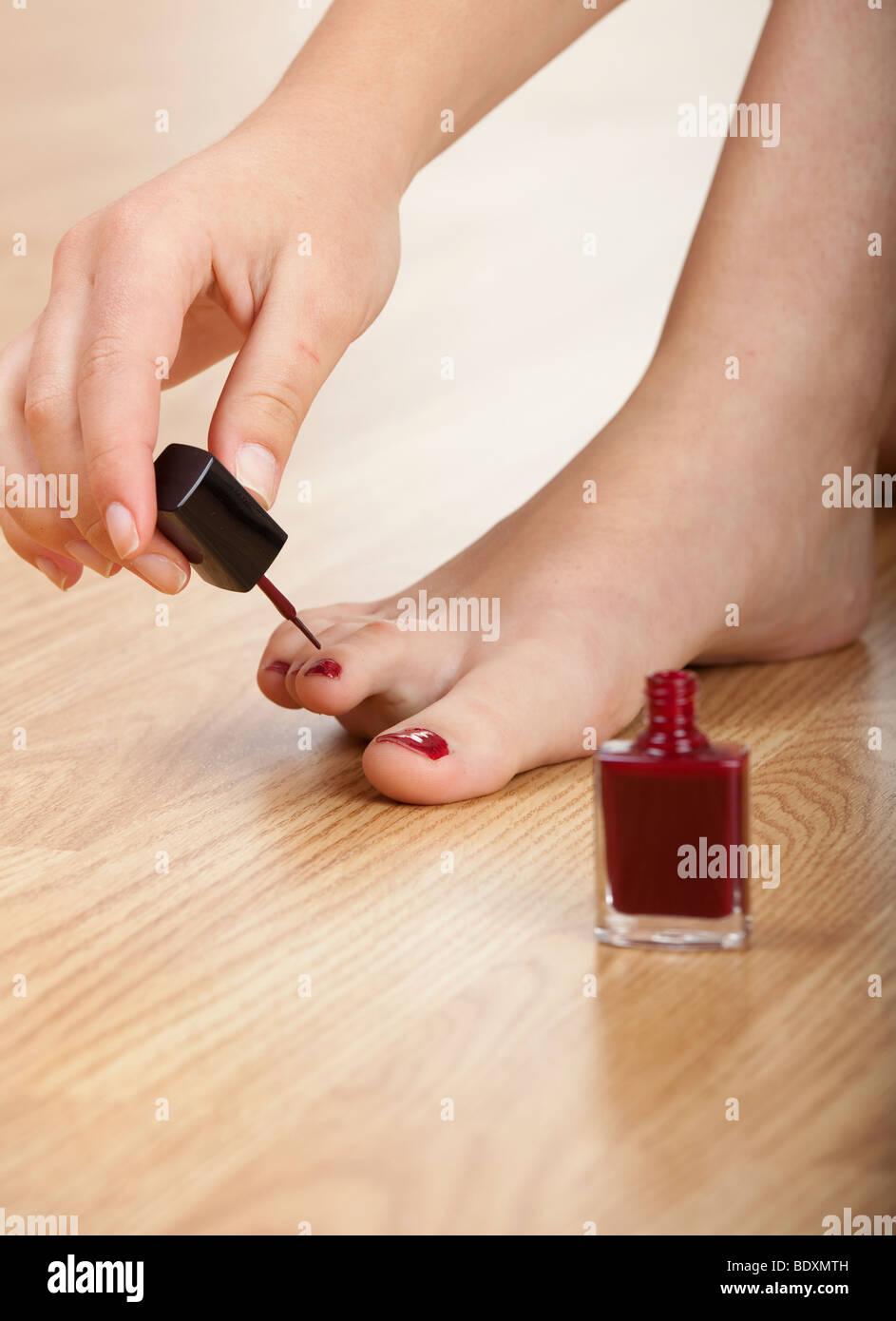 Mujer aplicando esmalte de uñas de color rojo aislado sobre ella ...
