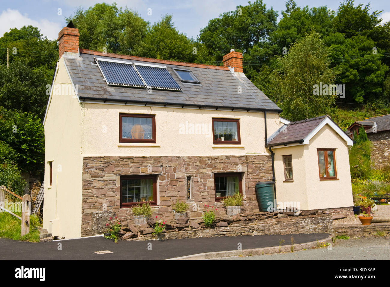 Paneles solares para agua caliente en el techo de la cabaña cerca de Brecon Powys en Gales UK Imagen De Stock