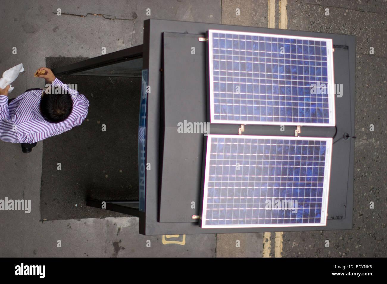 Paneles de energía solar en el cuadro teléfono Booth, en el centro de Londres. Imagen De Stock