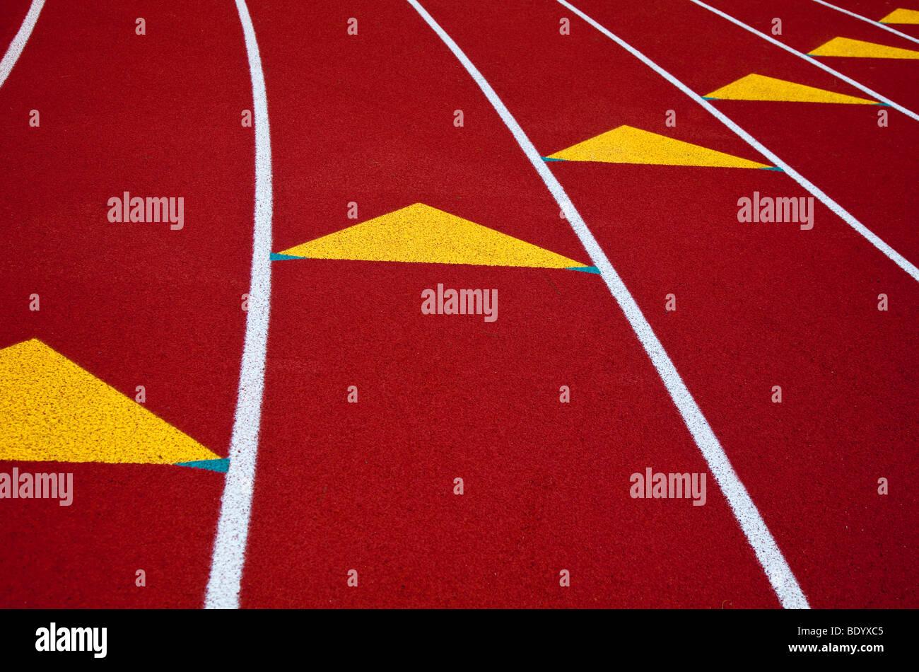 Los marcadores de carril en una pista de atletismo Imagen De Stock