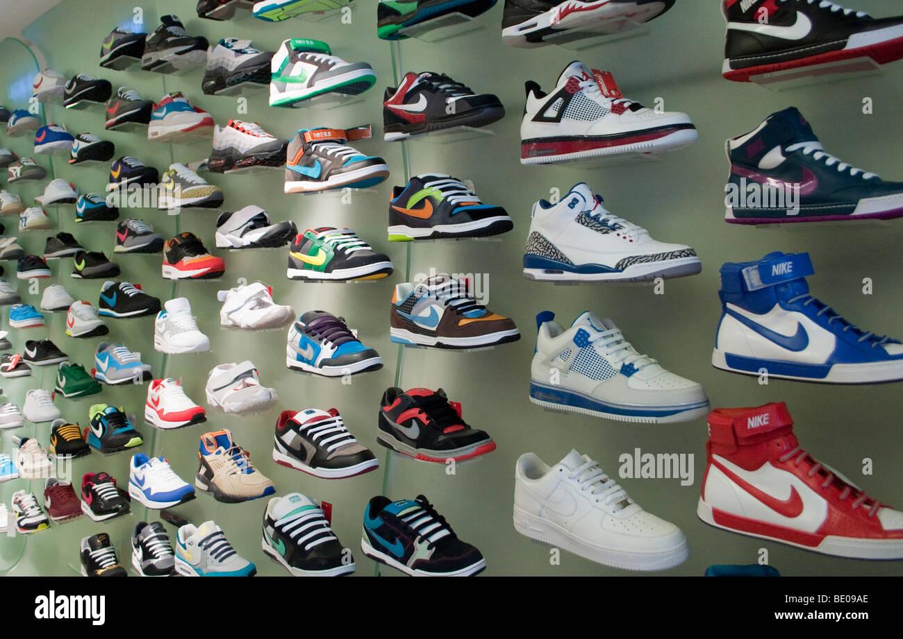 Los entrenadores de Nike en exhibición en una tienda de zapatos Imagen De  Stock 2e4a49e90c0de