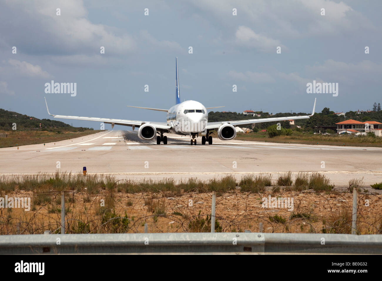 Avión de evasión en corredor aéreo, aeropuerto de Skiathos, Grecia Imagen De Stock