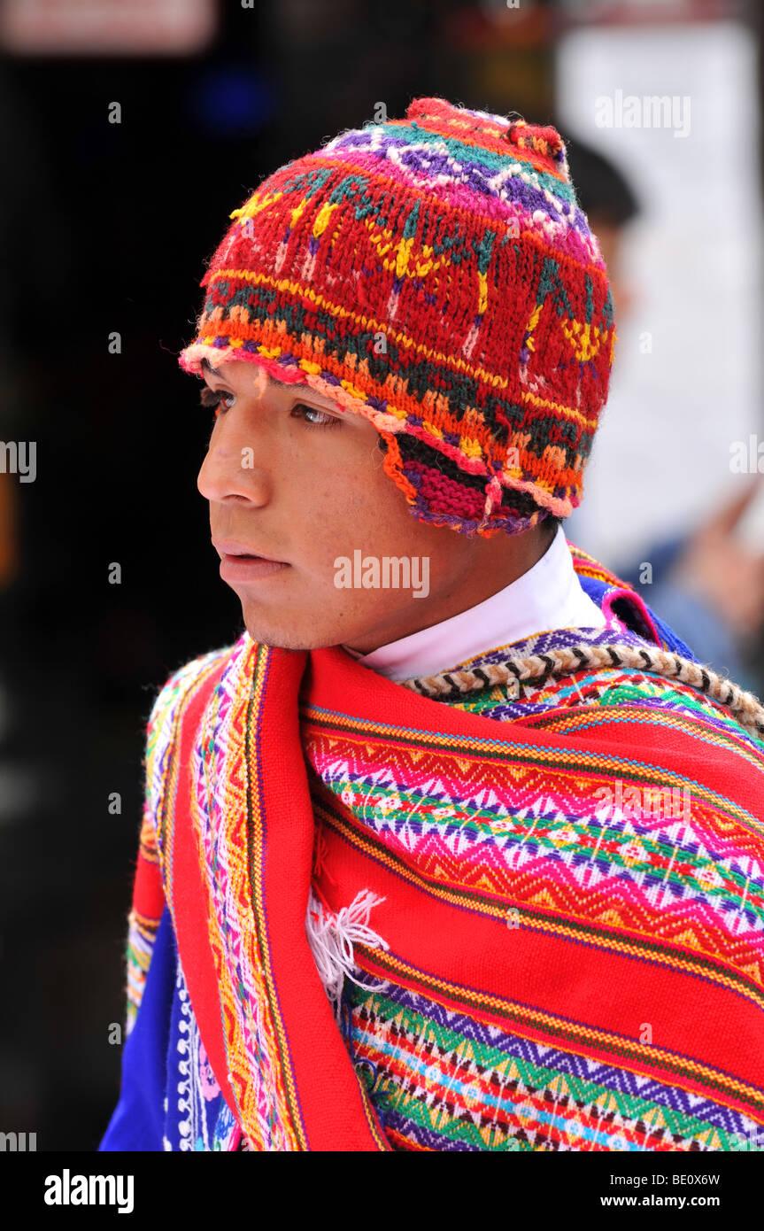 CUSCO PERU - 5 de septiembre  Retrato del hombre Quechua vestidas en trajes  tradicionales 9cd15dd75ff