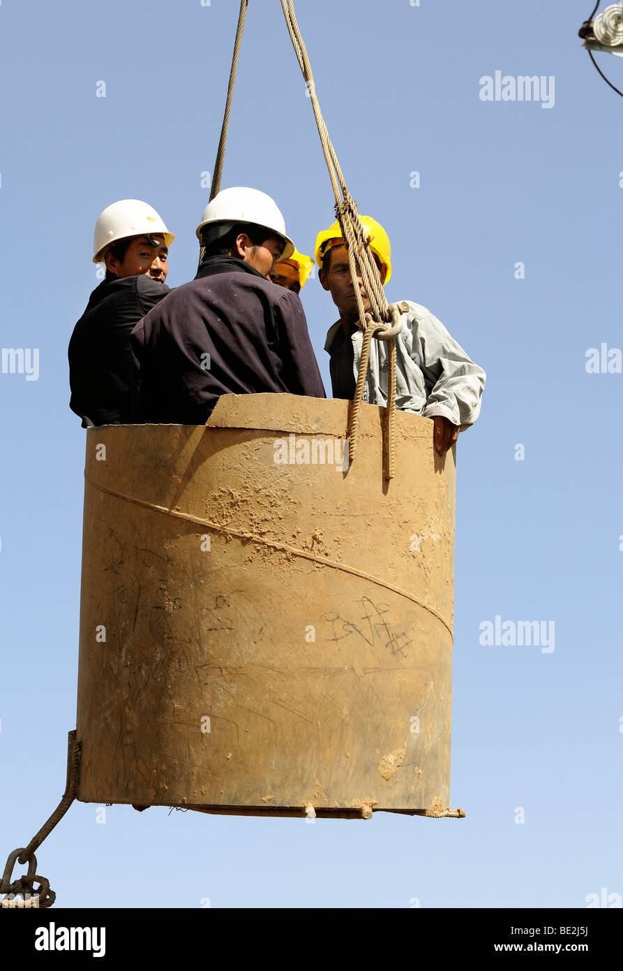Sitio de construcción del ferrocarril de alta velocidad Beijing-Shanghai en Beijing, los trabajadores en una Imagen De Stock