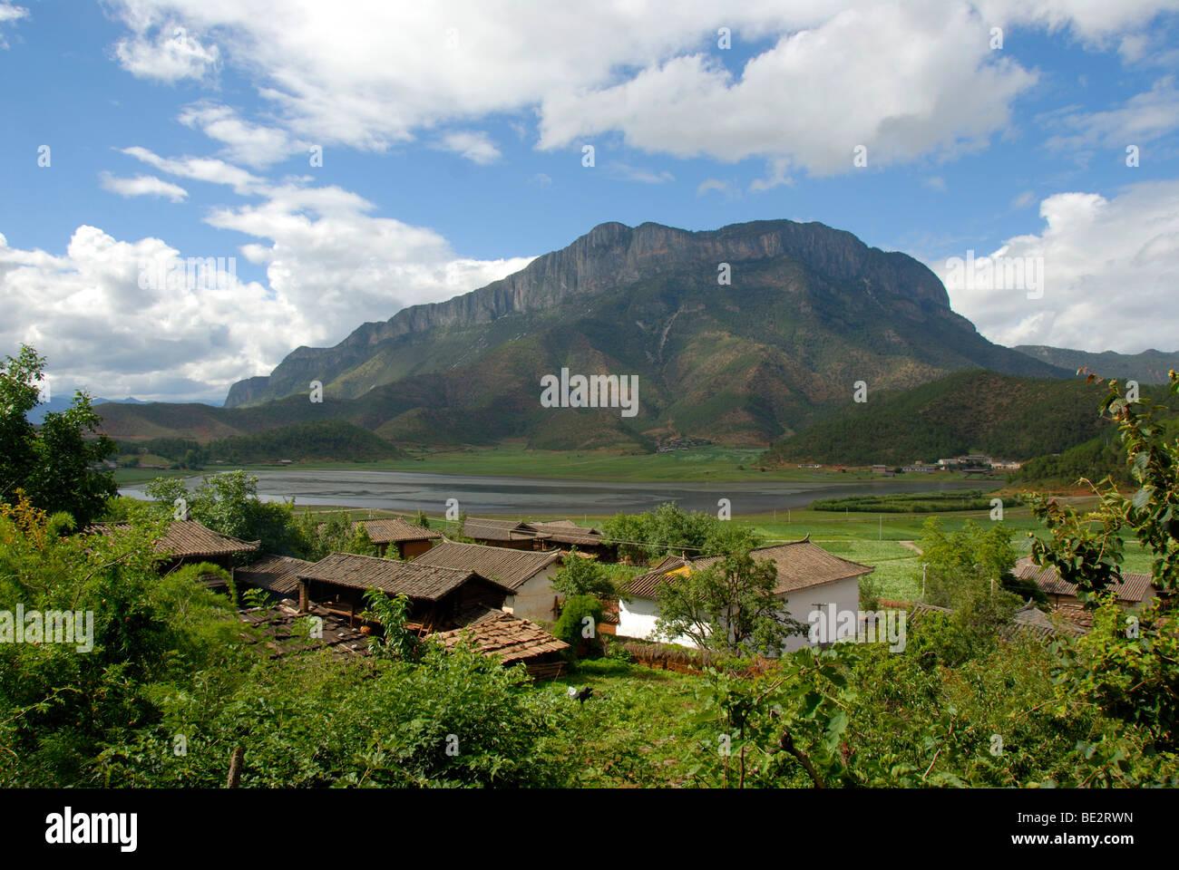 Aldea de la etnia Shan Gemu Mosu, Montaña, Zona de Lago Lugu Hu, provincia de Yunnan, República Popular Imagen De Stock
