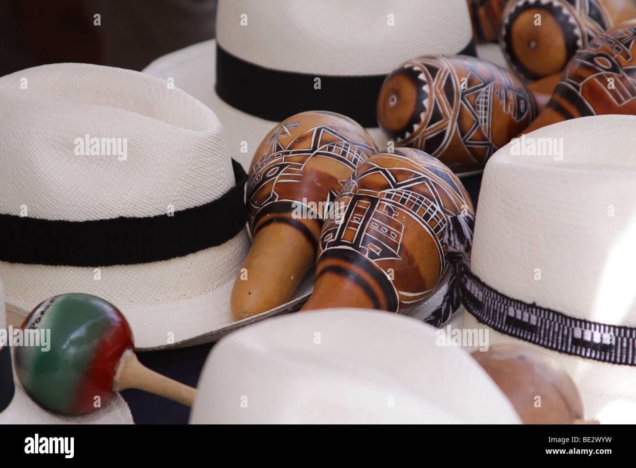 Sombreros de Panamá y unas maracas en la exhibición en un mercado callejero  de la Ciudad 17ce7692f11
