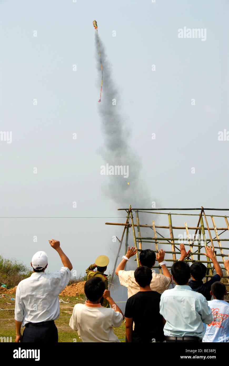 Aumento de cohetes en el cielo poco después del lanzamiento de una plataforma de lanzamiento, la aclamación Imagen De Stock