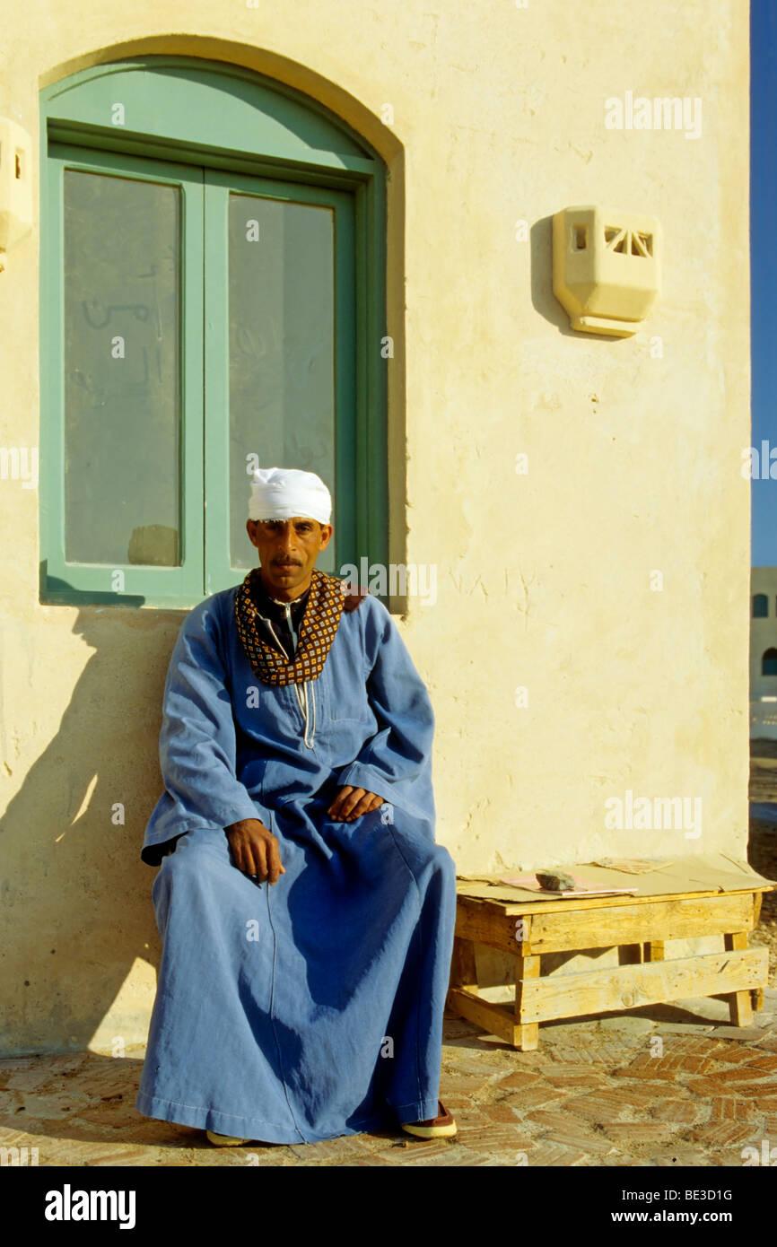 Egipcio, hombre, vestidos tradicionales, Dschjellahba, house, El Gouna, Egipto, África Imagen De Stock