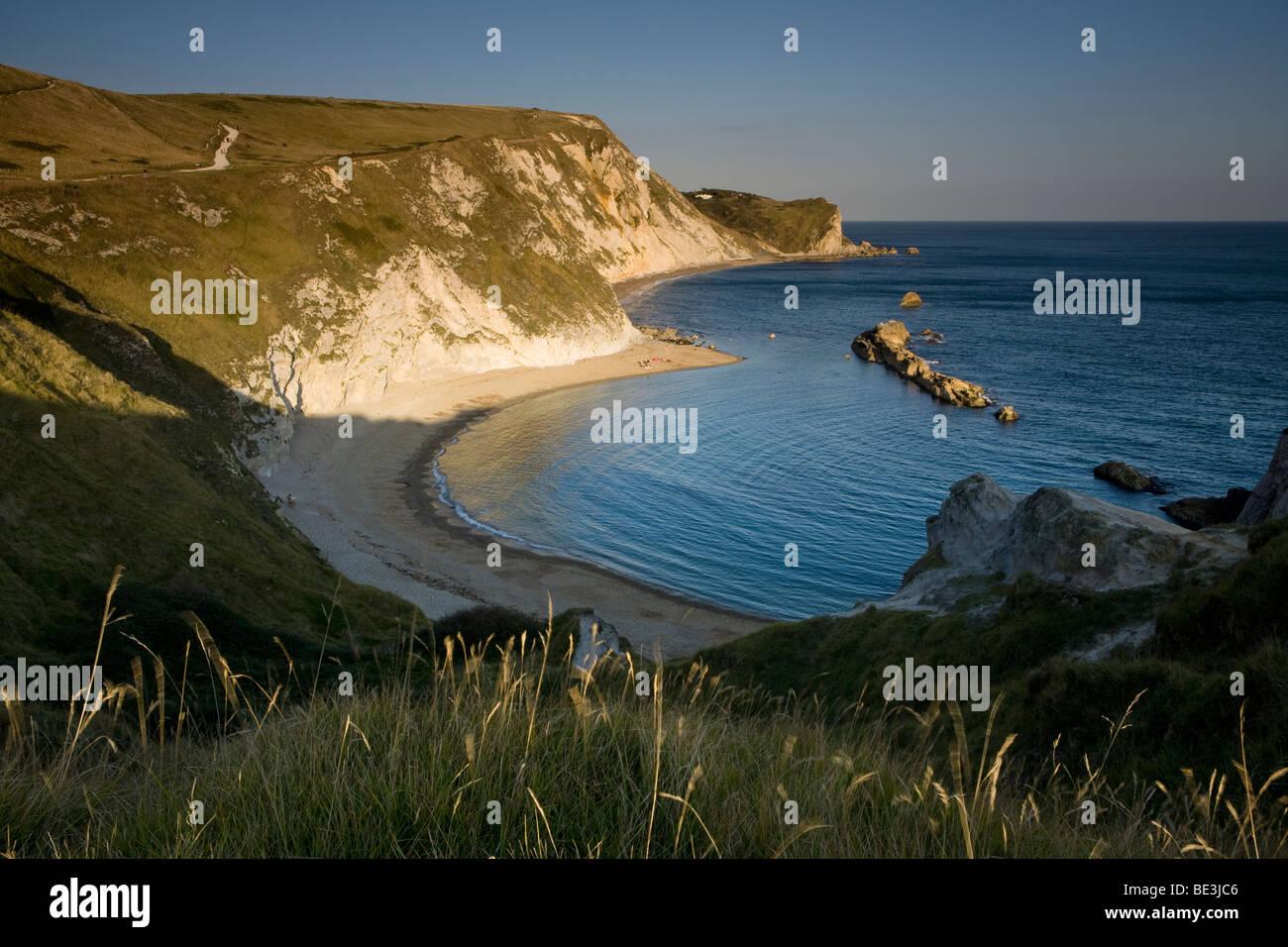 Hombre de guerra cerca de la puerta de Durdle Bay en la costa de Dorset, Inglaterra, Reino Unido. Foto de stock