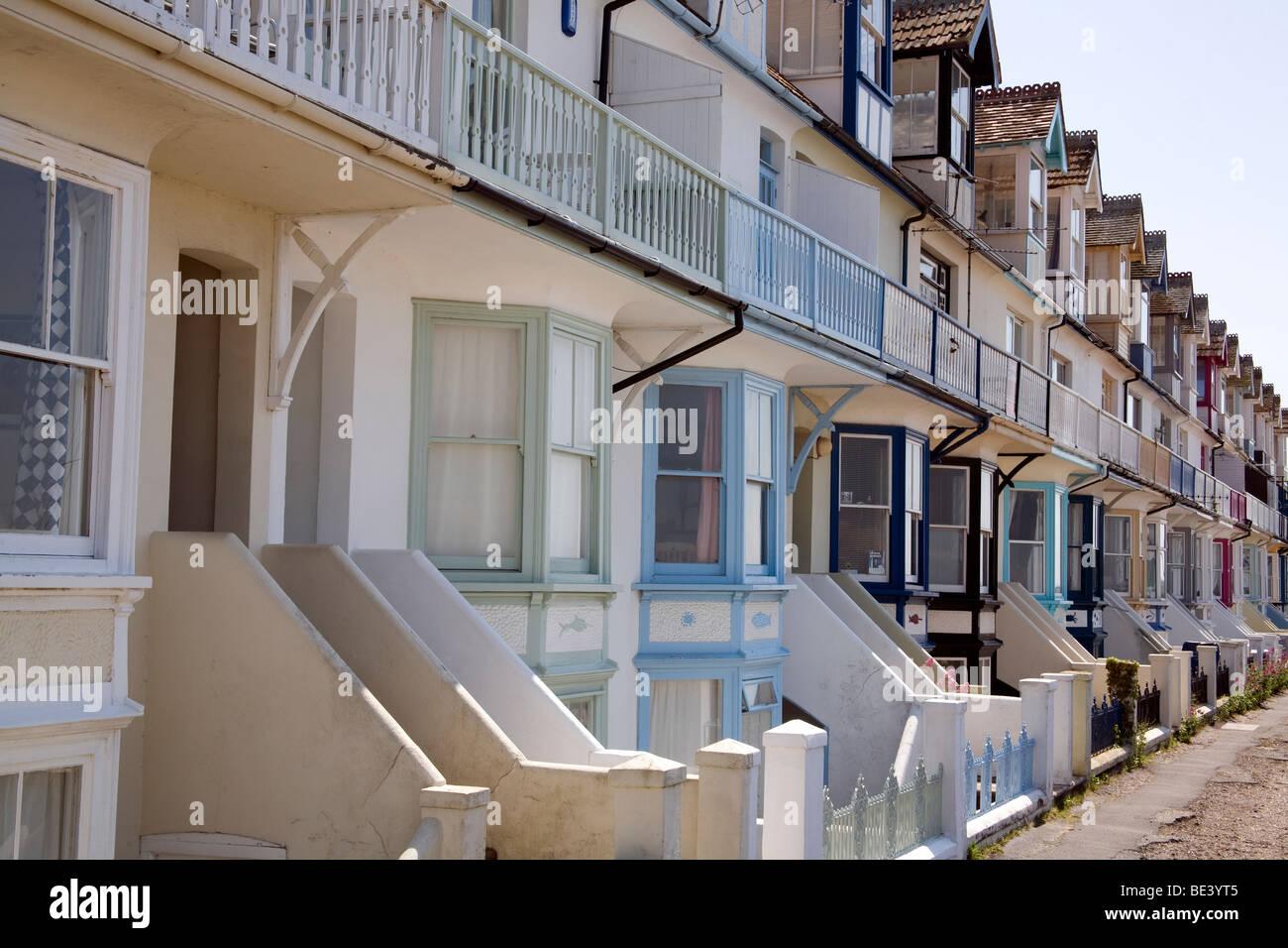 Hilera de casas adosadas en la playa Whitstable Kent, UK Imagen De Stock