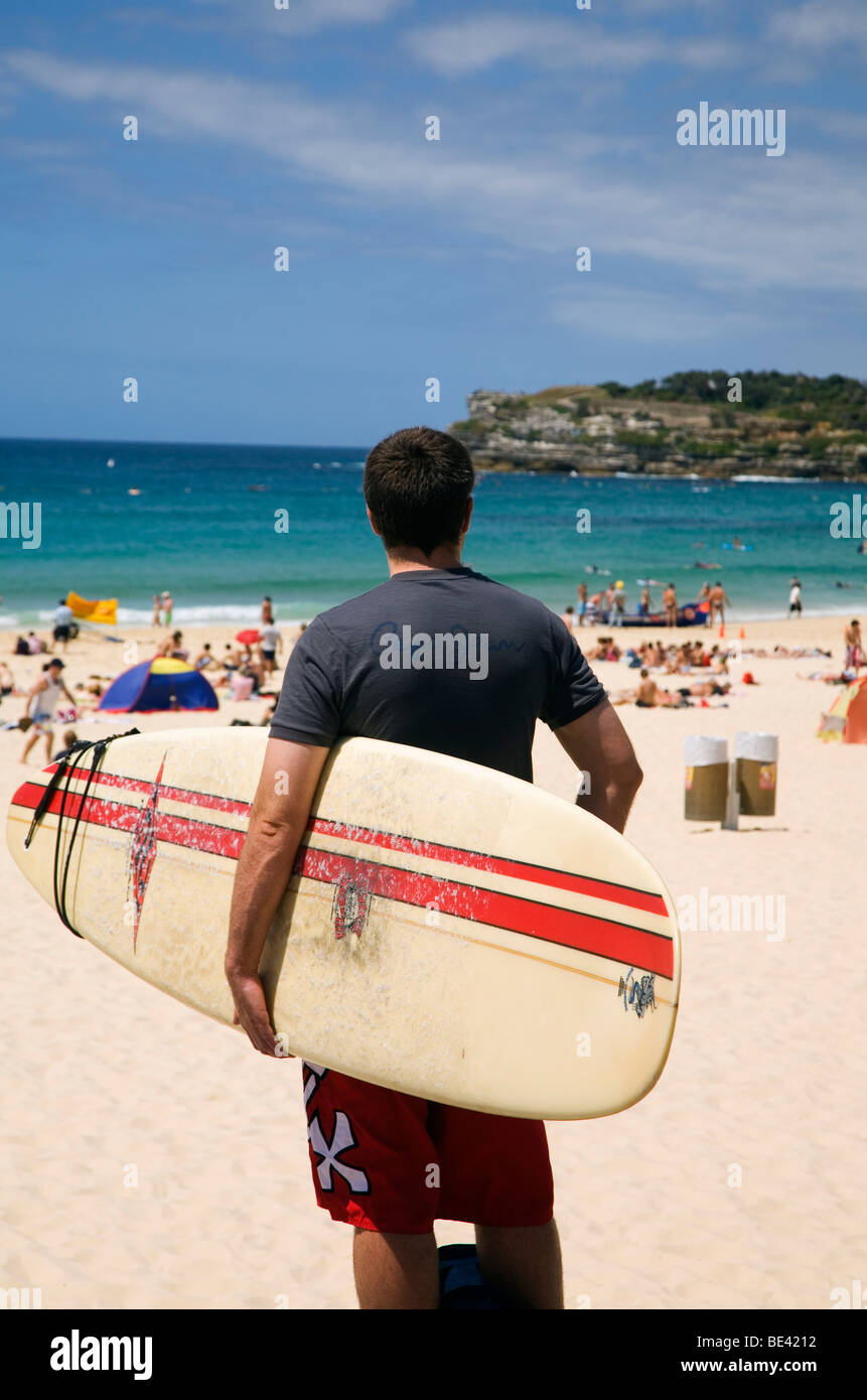 Un surfista tiene vistas a la playa de Bondi. Sydney, New South Wales, Australia Foto de stock