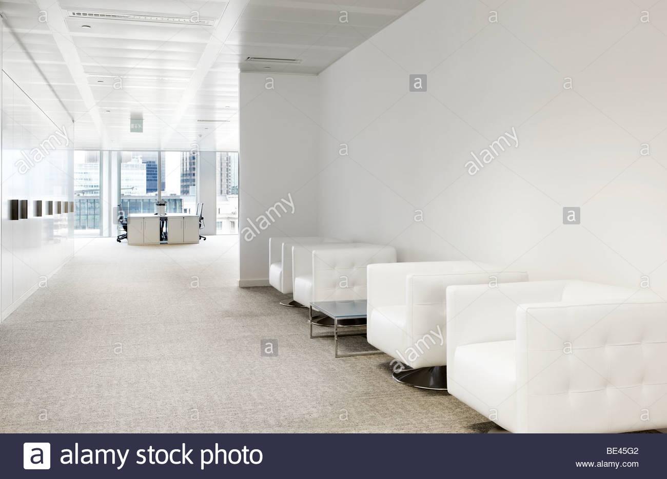 Recepción Oficina white cube sillas de cuero Foto & Imagen De Stock ...