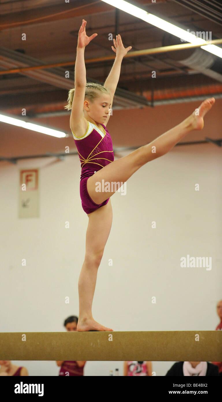 Competición de copa, barra de equilibrio, los niños de gimnasia, Internationales Deutsches Turnfest, Internacional Imagen De Stock