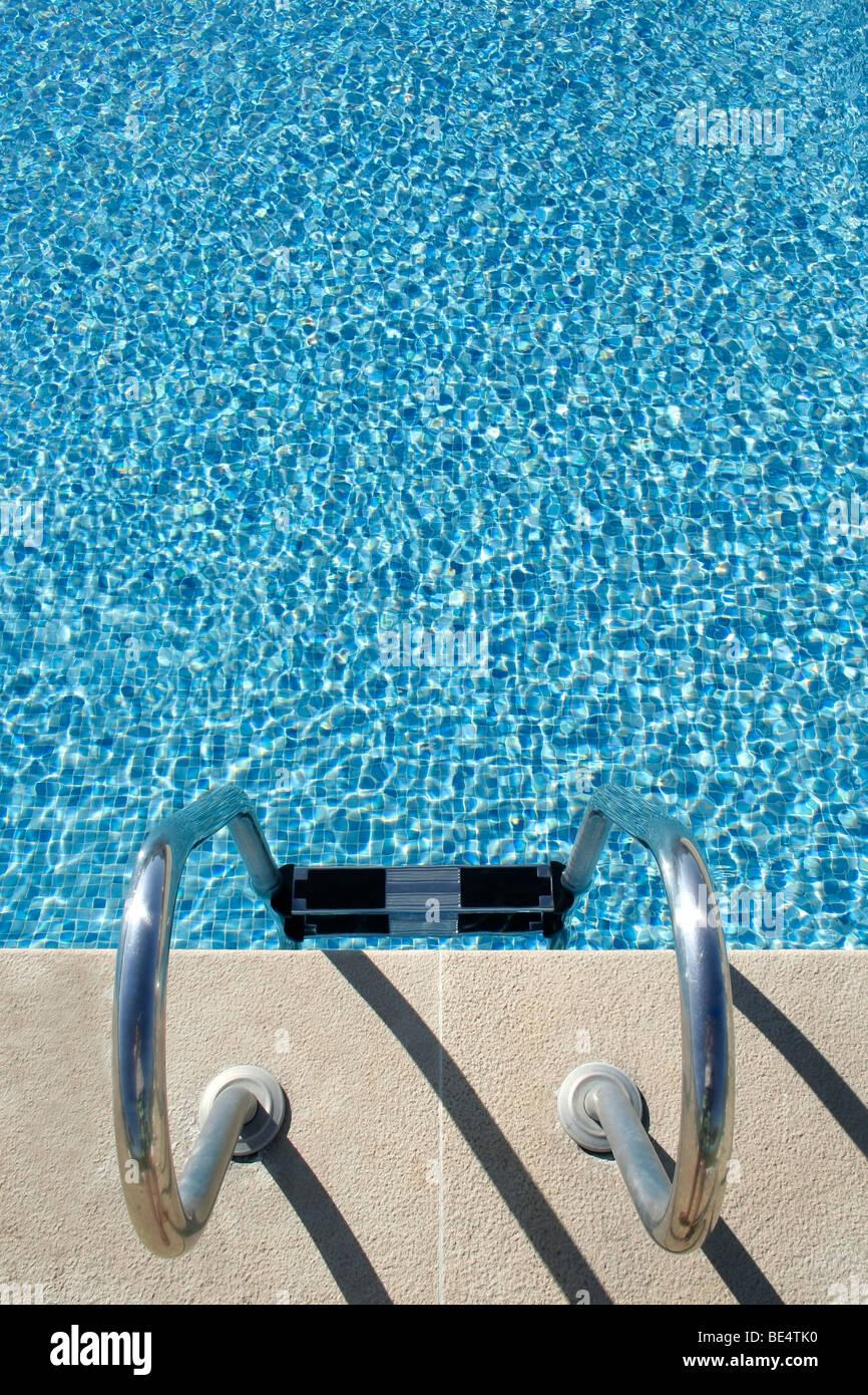 La piscina del hotel con reflejos soleados, ideal para el verano y vacaciones temas y fondos Imagen De Stock