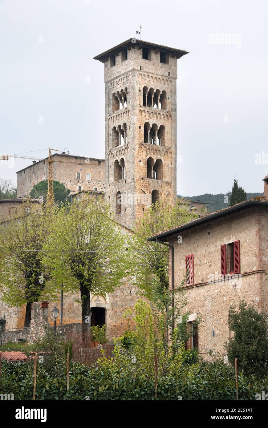 El campanario románico o el campanario y la iglesia de la Pieve di San Giovanni Battista de Rosia, Sovicille, Imagen De Stock