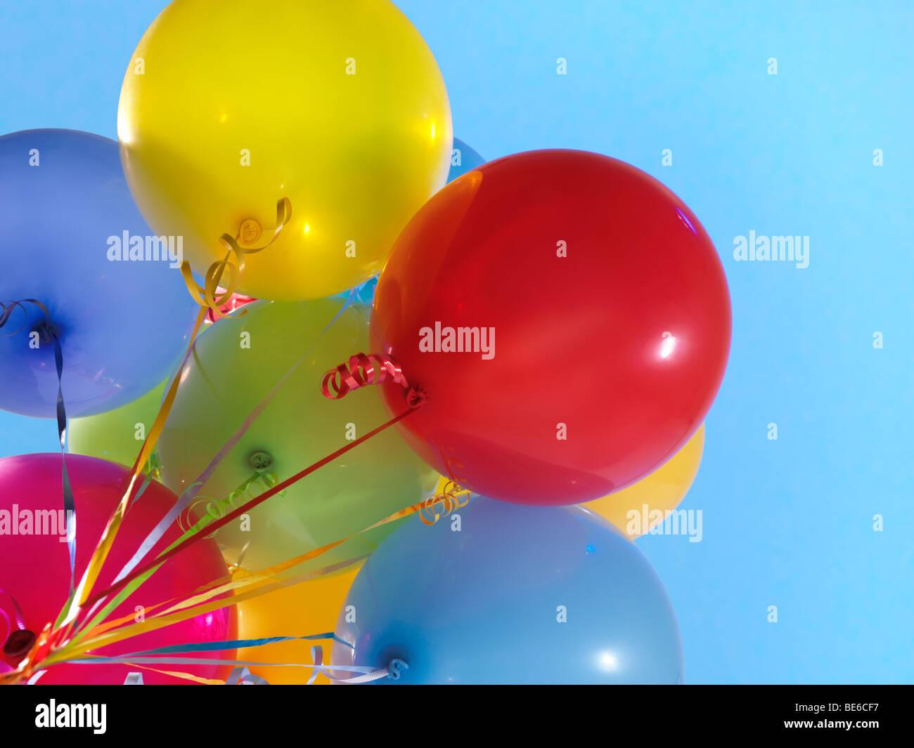 Los globos de aire colorido sobre fondo de cielo azul Imagen De Stock