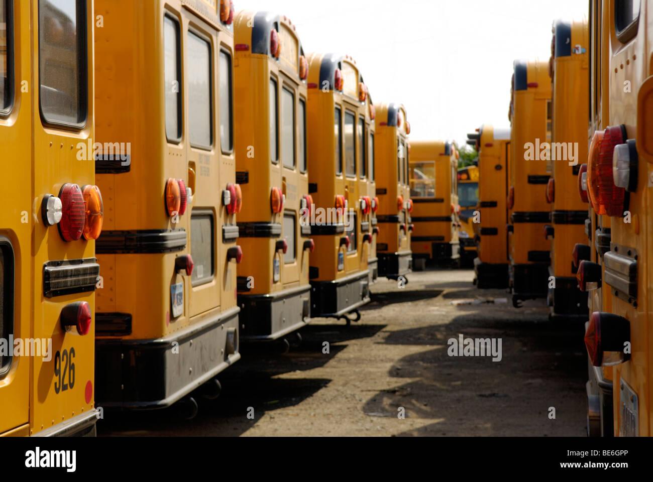 Los autobuses escolares estacionados en un almacén Imagen De Stock