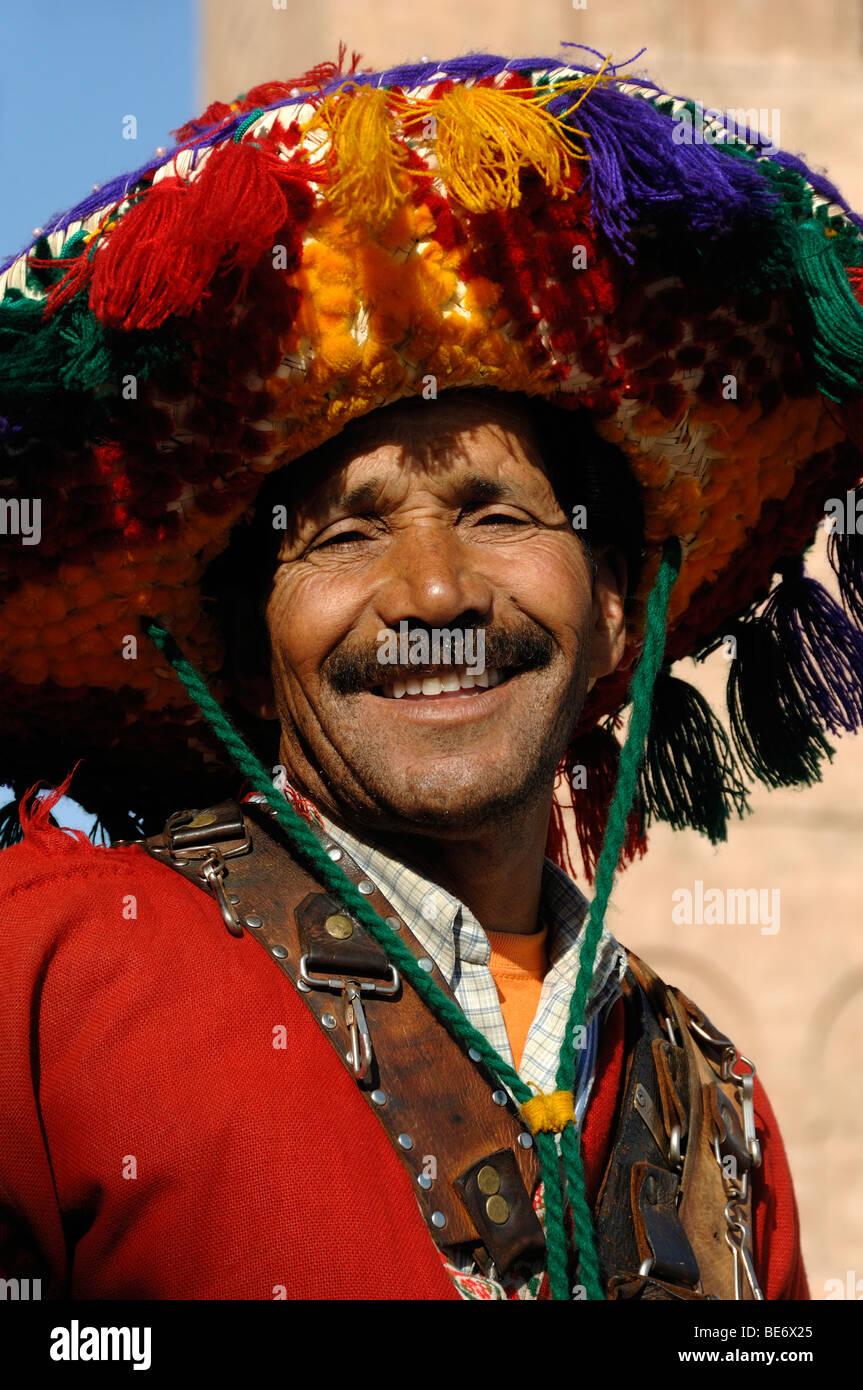 Vendedor de agua sonriente hombre marroquí en traje tradicional plaza Djemma el Fna o la Plaza El-Fna Marrakech Imagen De Stock
