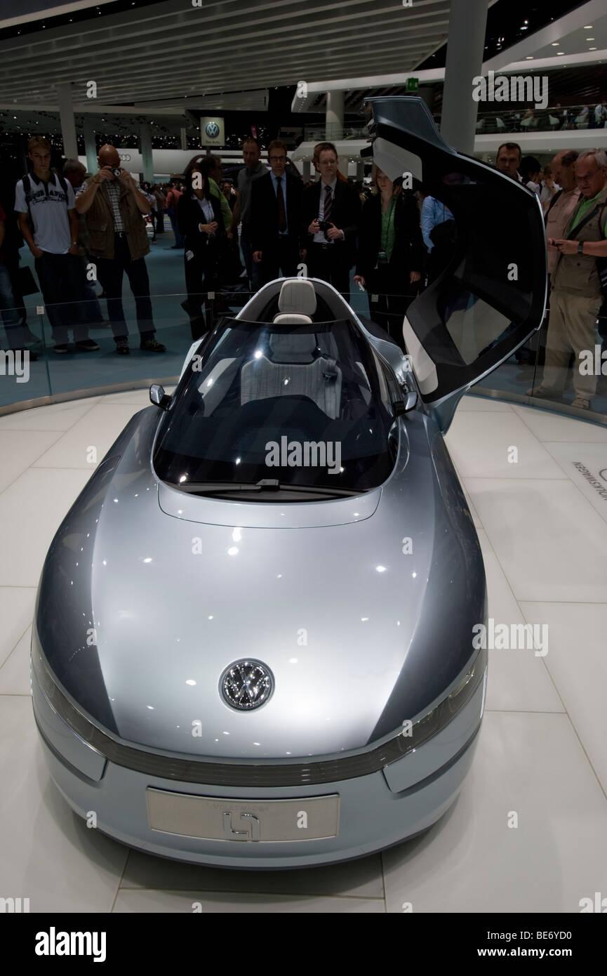 Volkswagen L1 ultra bajo consumo de combustible del vehículo concepto en exhibición en el Salón de Imagen De Stock