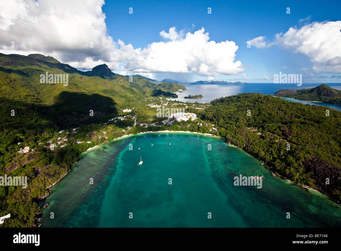La costa de Pointe de l'escalier, NYS Village en la parte posterior, en la Isla de Mahe, Seychelles, el Océano Índico, África Foto de stock