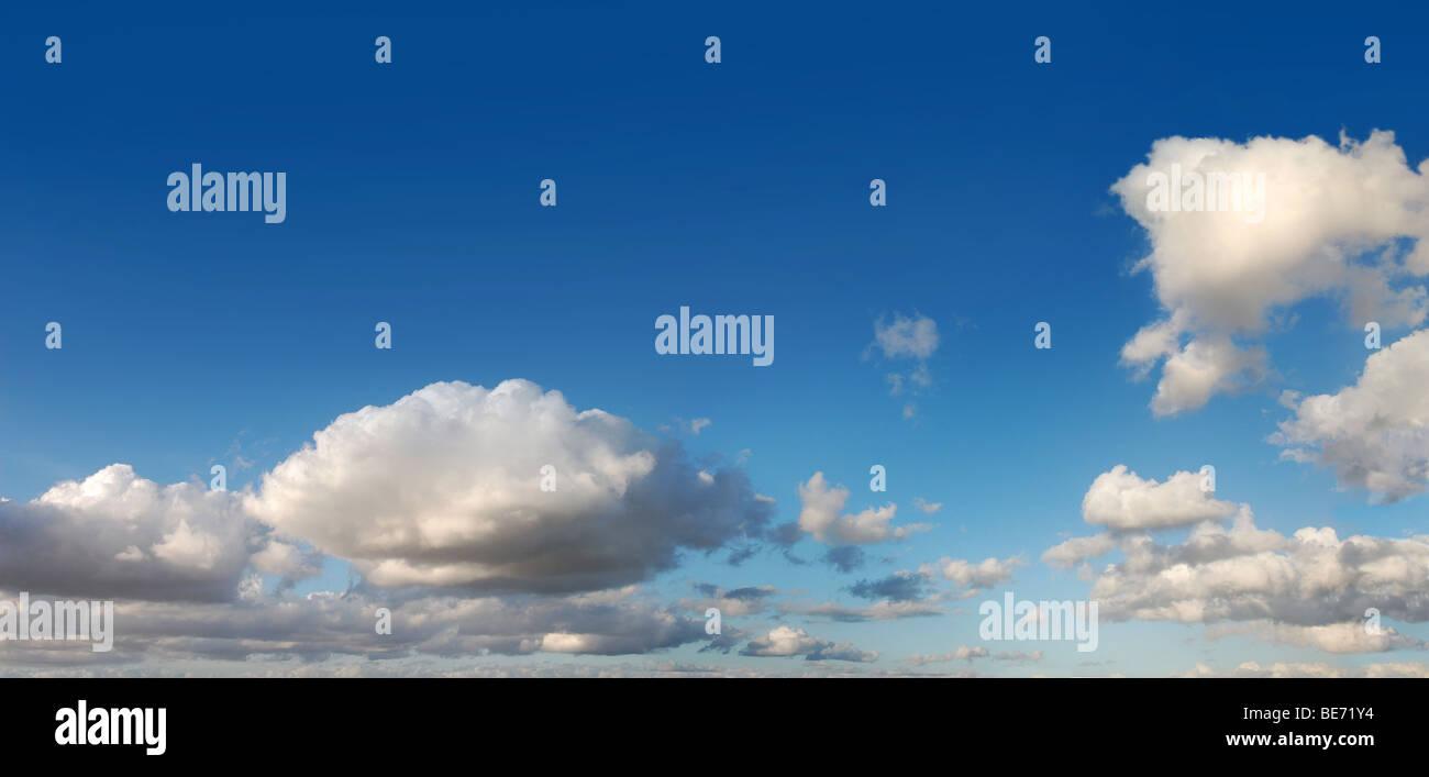 Cielo azul con nubes esponjosas de sol del día, fotografía panorámica Imagen De Stock