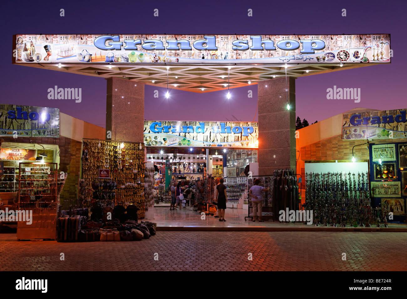 Tienda de souvenirs, iluminado por la noche, Yussuf Afifi Road, Hurghada, Egipto, Mar Rojo, África Imagen De Stock