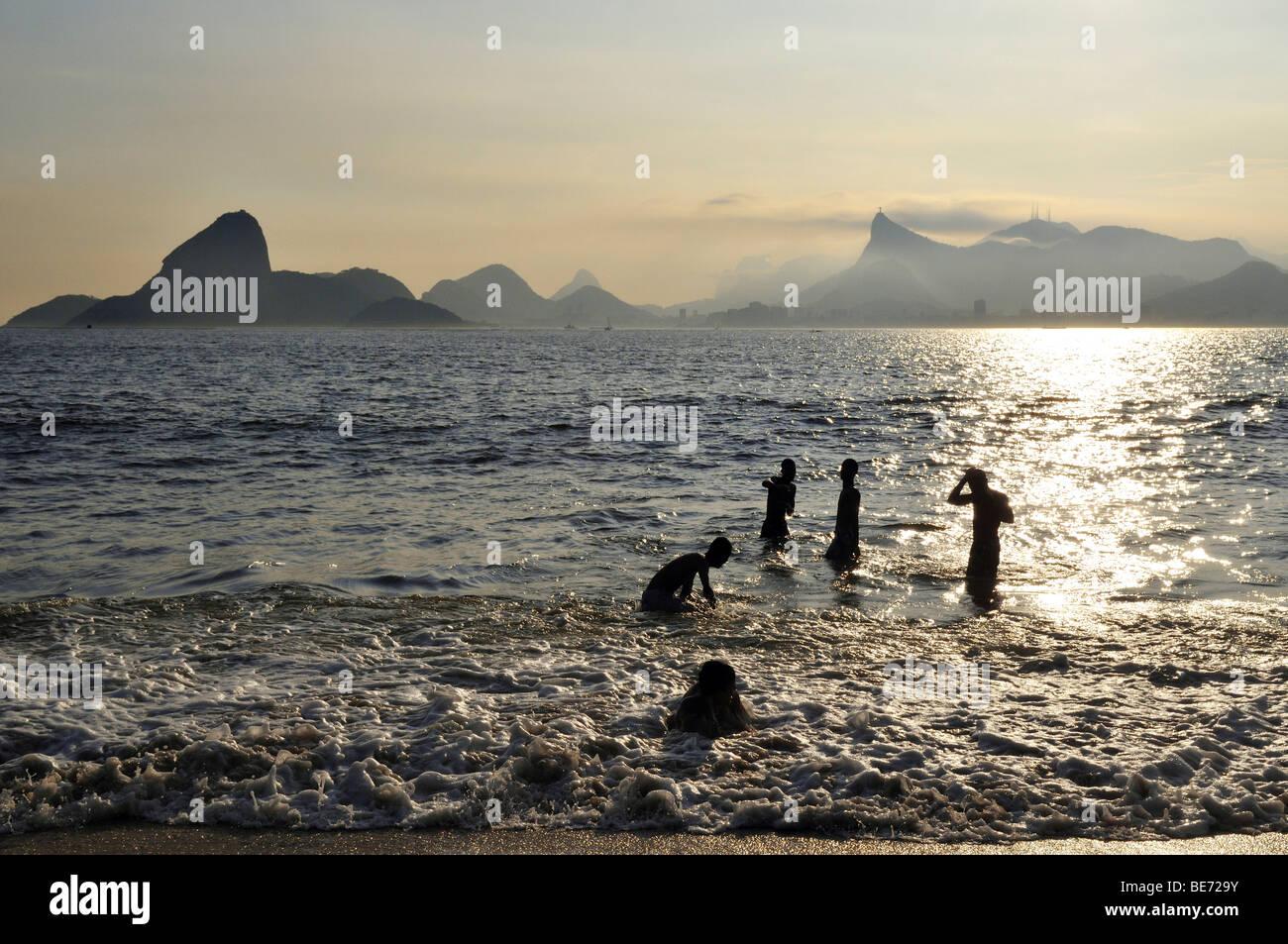 Los jóvenes en vista del océano y de la Montaña Pan de Azúcar y Corcovado, Niteroi, Rio de Janeiro, Imagen De Stock