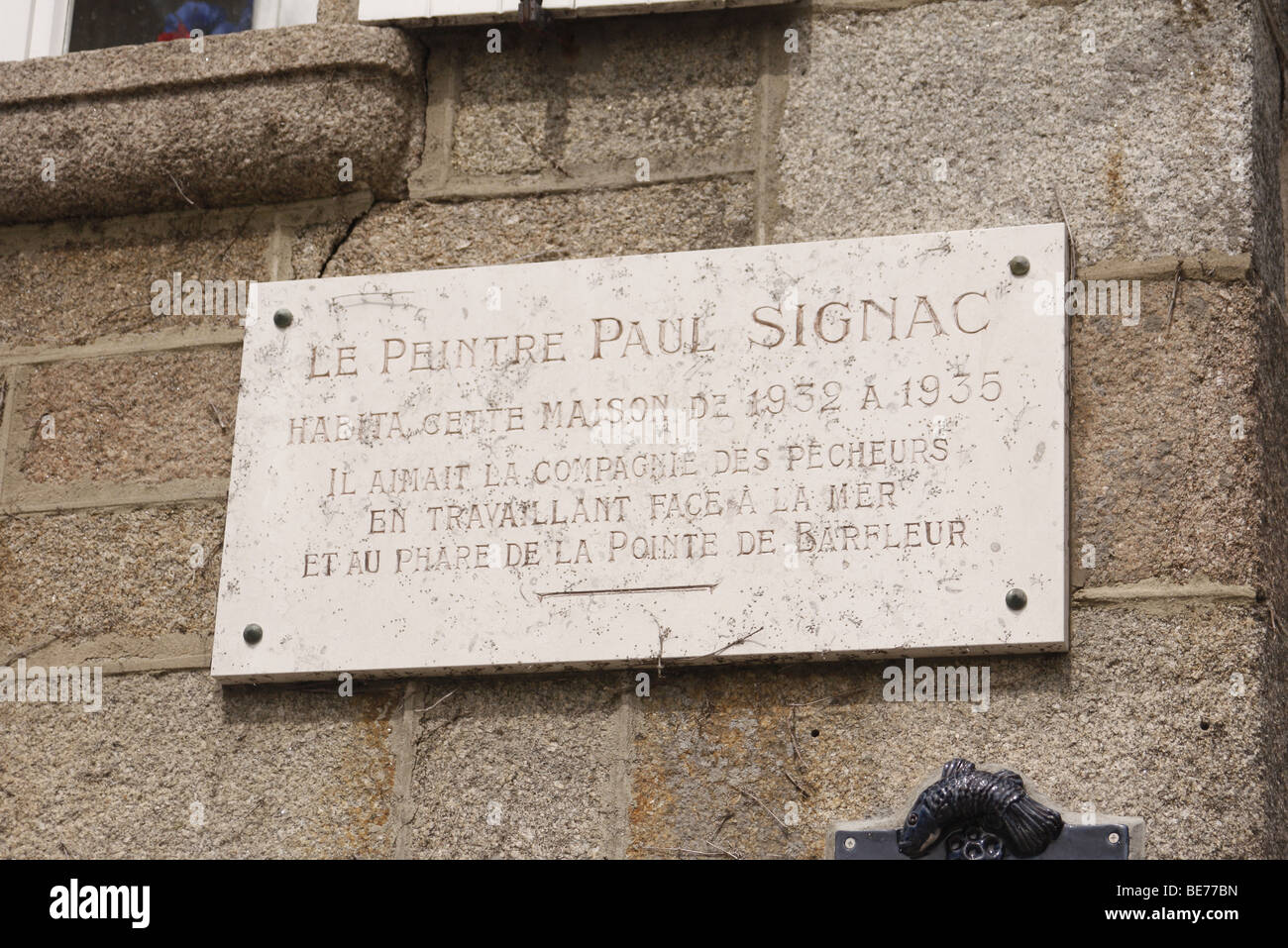 Placa en la casa en Barfleur en el que la artista Paul Signac vivió 1932-5 Foto de stock
