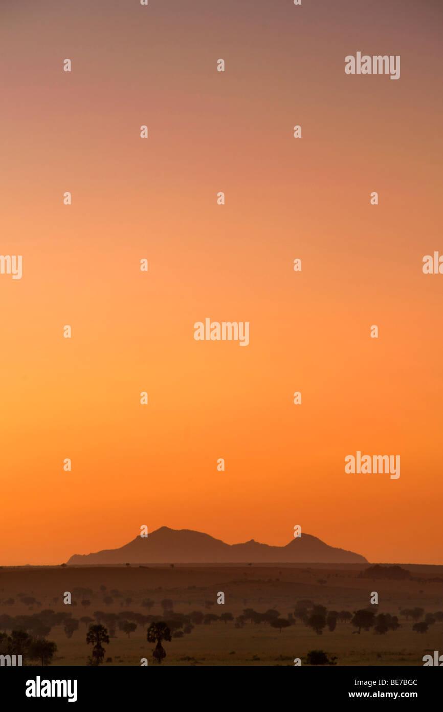 Monte Morungole visto desde el valle de Kidepo National Park en el norte de Uganda al amanecer. Imagen De Stock