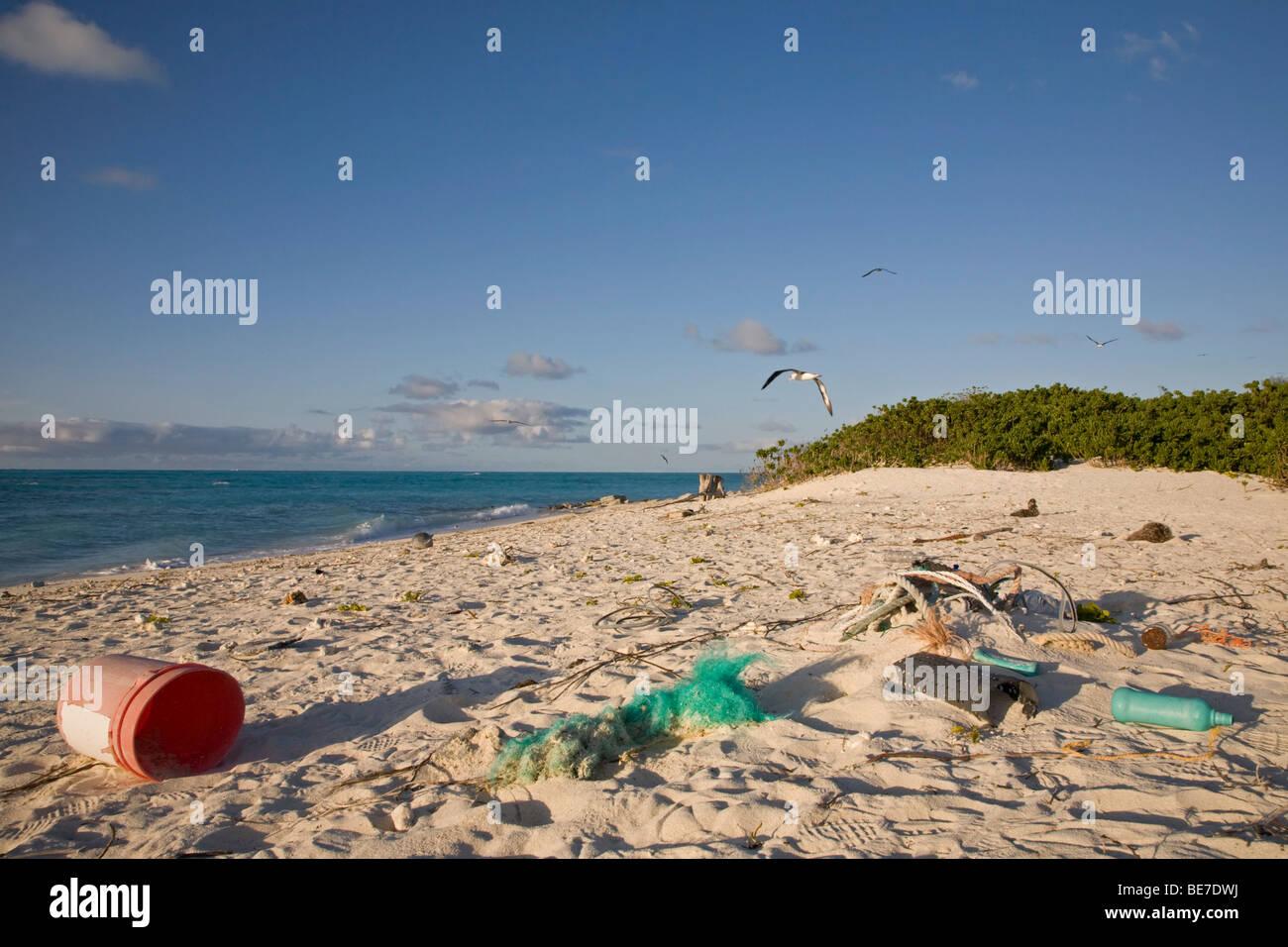 Los desechos marinos arrojado por el mar en la playa de una isla del Pacífico Norte Foto de stock