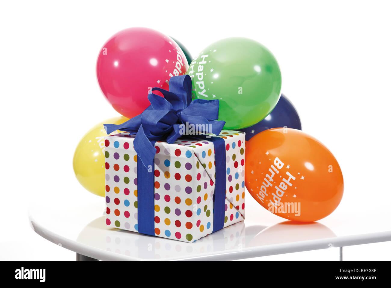 Presente con una cinta y globos, Feliz Cumpleaños Imagen De Stock