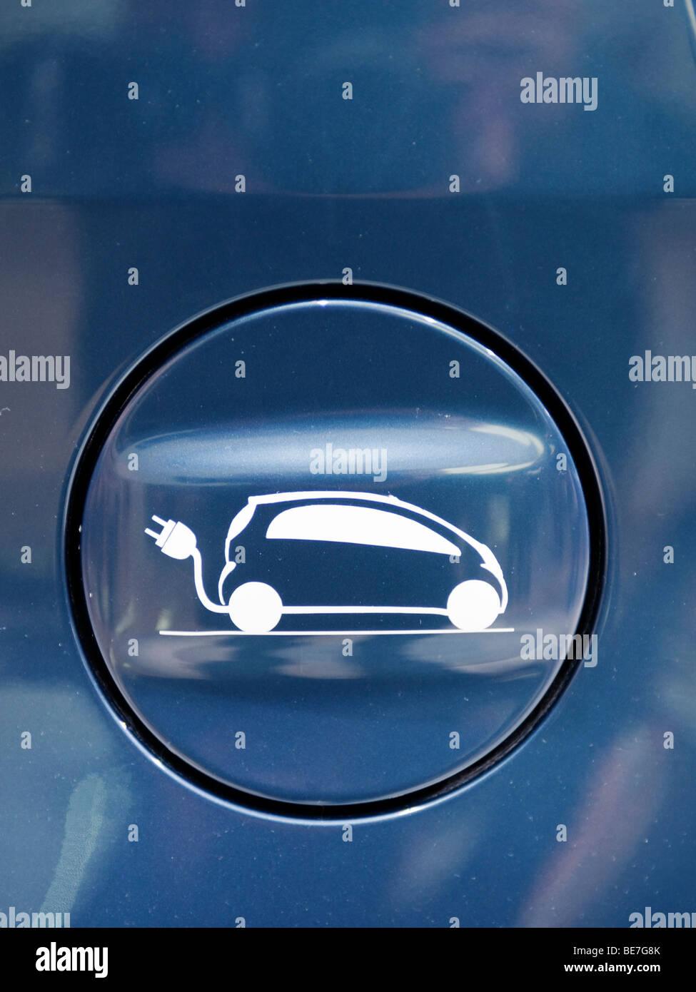 Detalle de la tapa sobre el tapón de recarga eléctrica equipado a nuevo coche eléctrico en el Salón Imagen De Stock