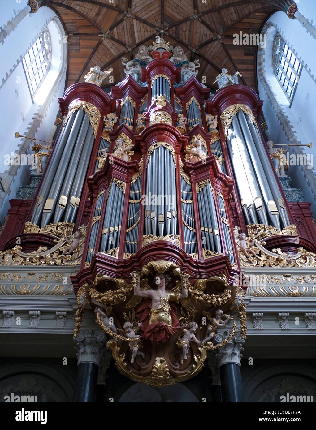El famoso órgano Sint-Bavokerk Sint-Bavokerk dentro (o iglesia de San Bavo), Haarlem, Países Bajos Imagen De Stock