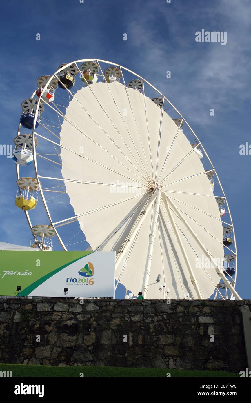 La noria construido en Río de Janeiro como parte de la campaña de la ciudad para los Juegos Olímpicos de Verano de 2016. Foto de stock