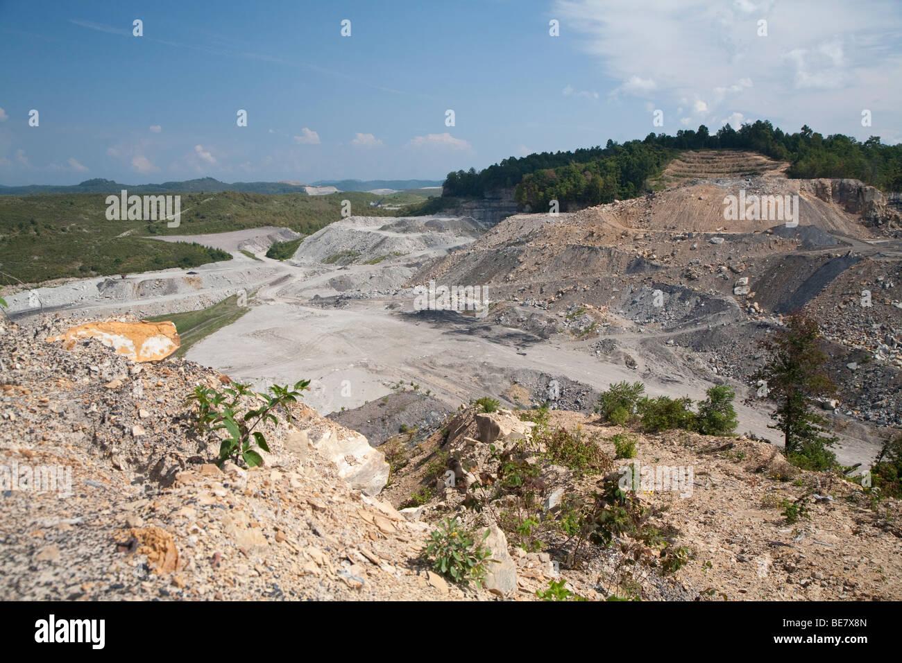 Extracción de la minería del carbón en la montaña Foto de stock