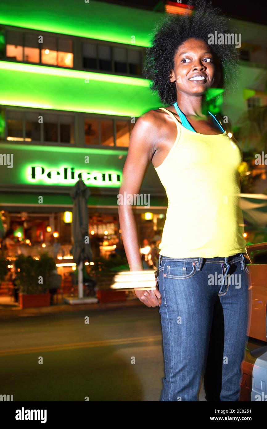 Mujer joven en Ocean Drive, South Beach, Miami Beach, Florida, EE.UU. Imagen De Stock