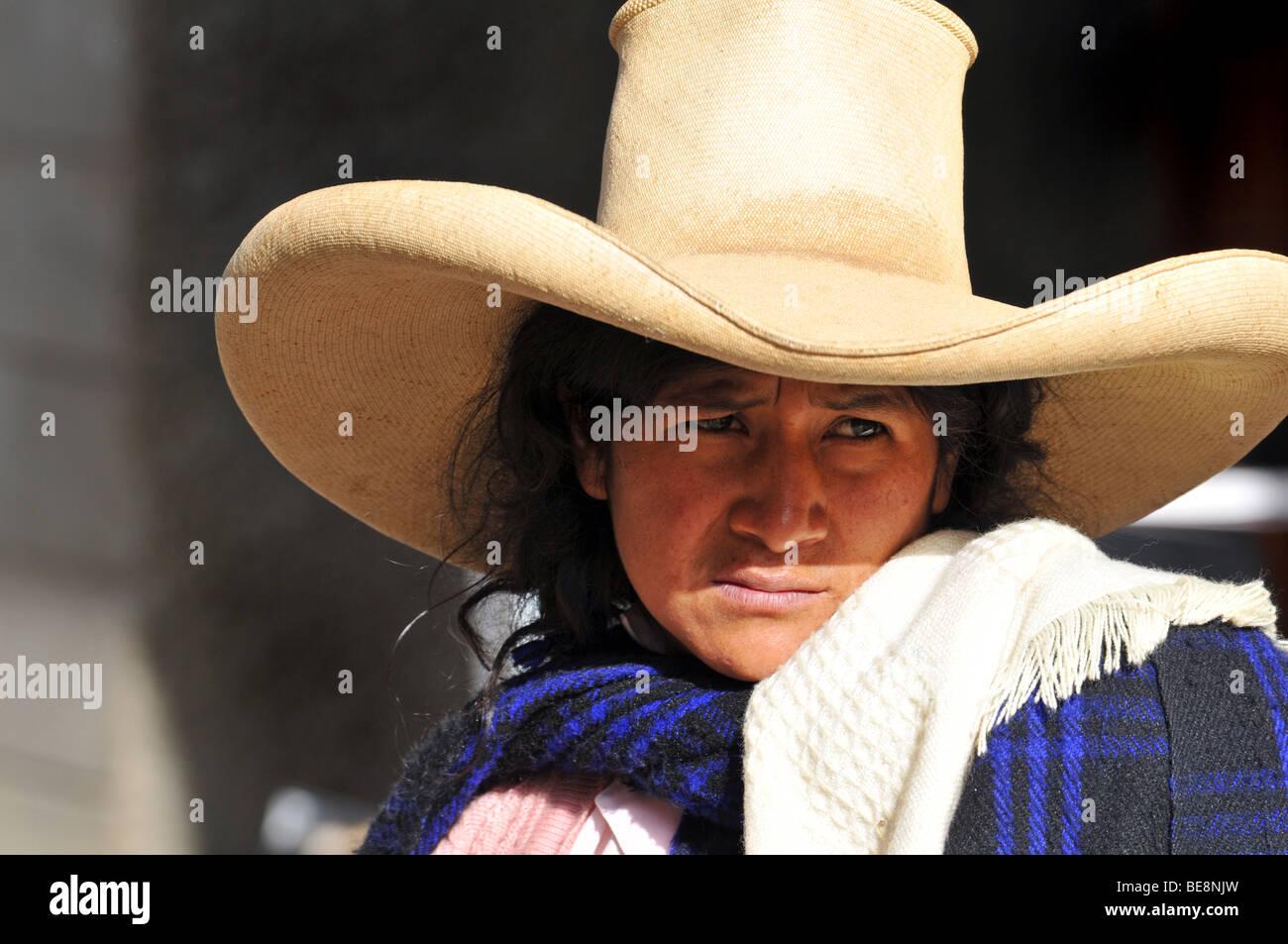 398d5d888661b CAJABAMBA PERÚ - 6 de septiembre  mujer indígena peruano en vestimentas  tradicionales en el mercado