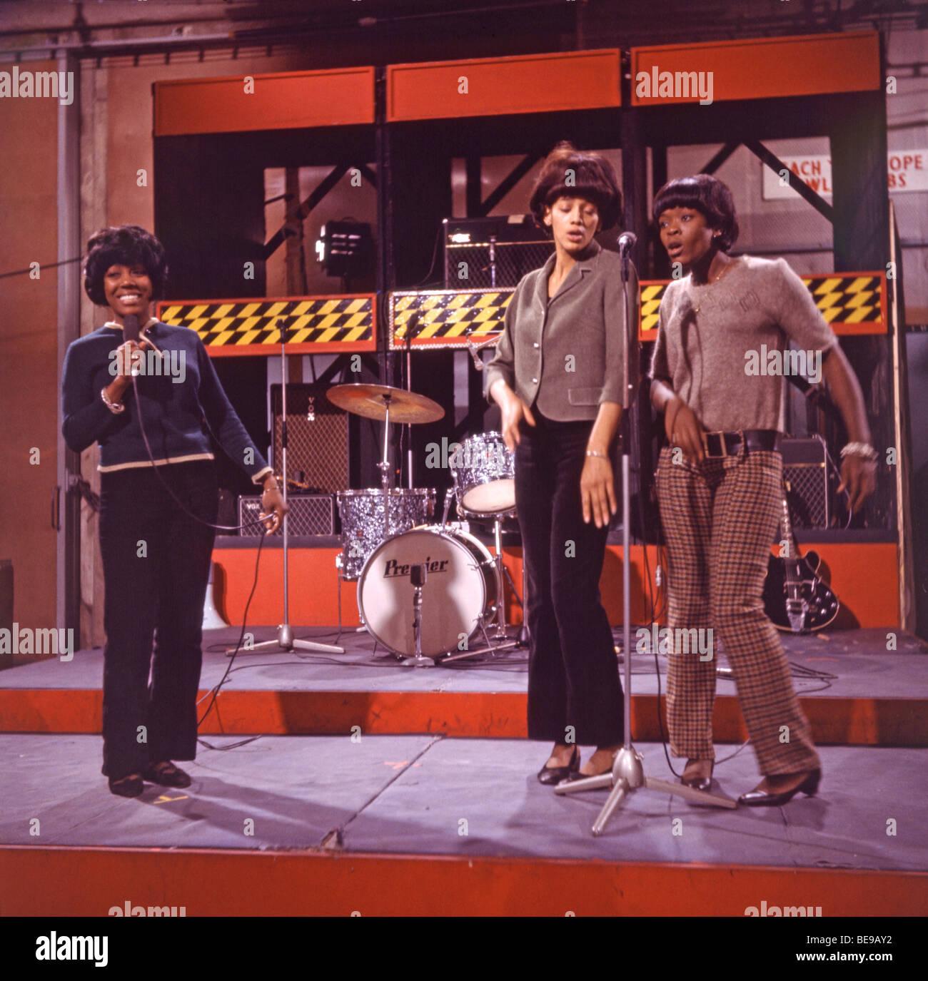Los juguetes - nosotros girl Group en 1965 sining su único registro hit un amante del Concerto de Preparados, Imagen De Stock