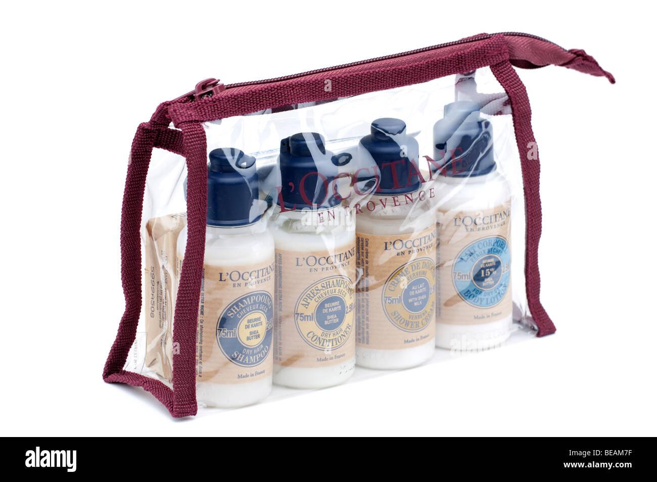 Pack de cuatro botellas plásticas de cada uno de los L'Occitane de champú, acondicionador, loción Imagen De Stock