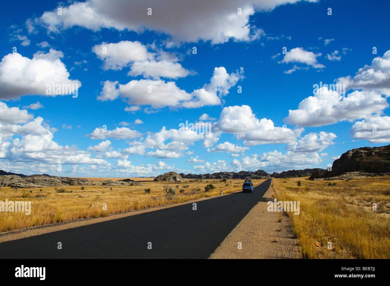 Vacío abrir camino alrededor del Parque Nacional de Isalo en Madagascar Foto de stock