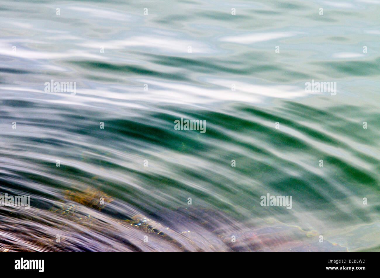 Resumen de agua con reflejos y ondulaciones Imagen De Stock