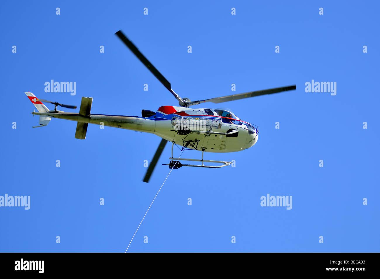 Helicóptero y el cable de remolque Foto de stock