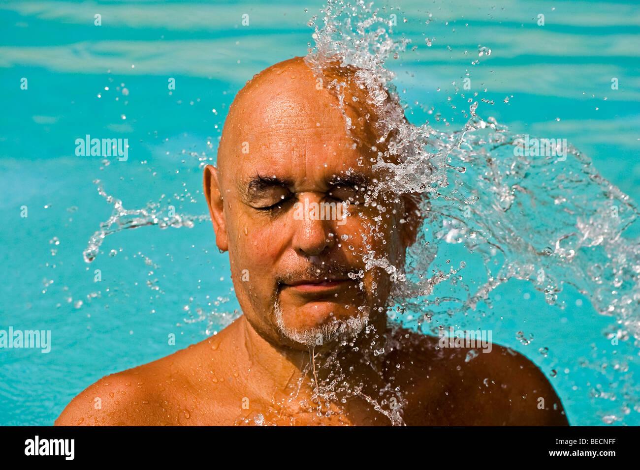 Anciano caballero durante un tratamiento de bienestar Foto de stock