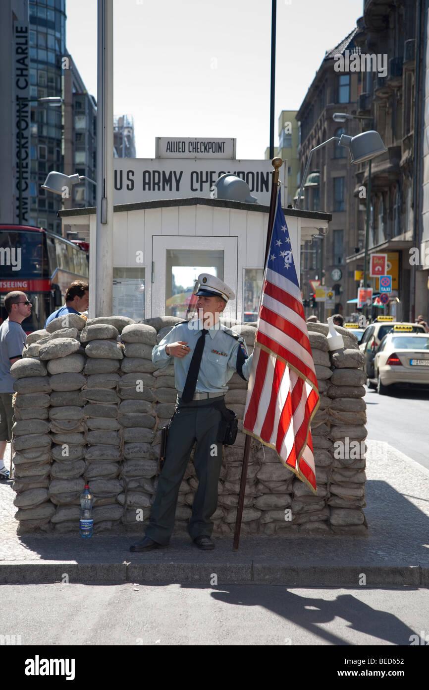 Berlín - El Checkpoint Charlie, antiguo punto de cruce en el muro de Berlín durante la Guerra Fría, Imagen De Stock