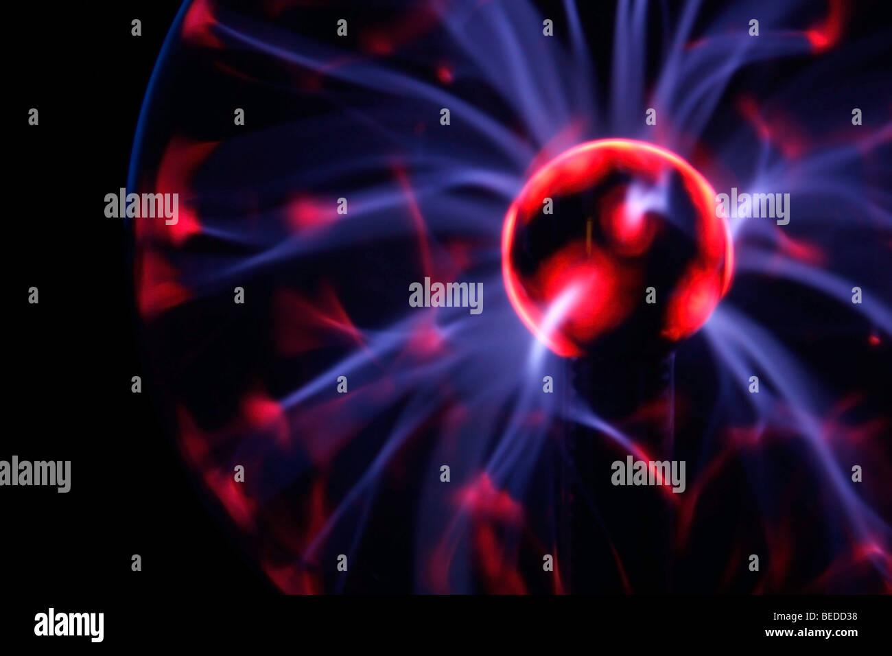 Esfera de plasma eléctrico mostrando las llamaradas de plasma Imagen De Stock