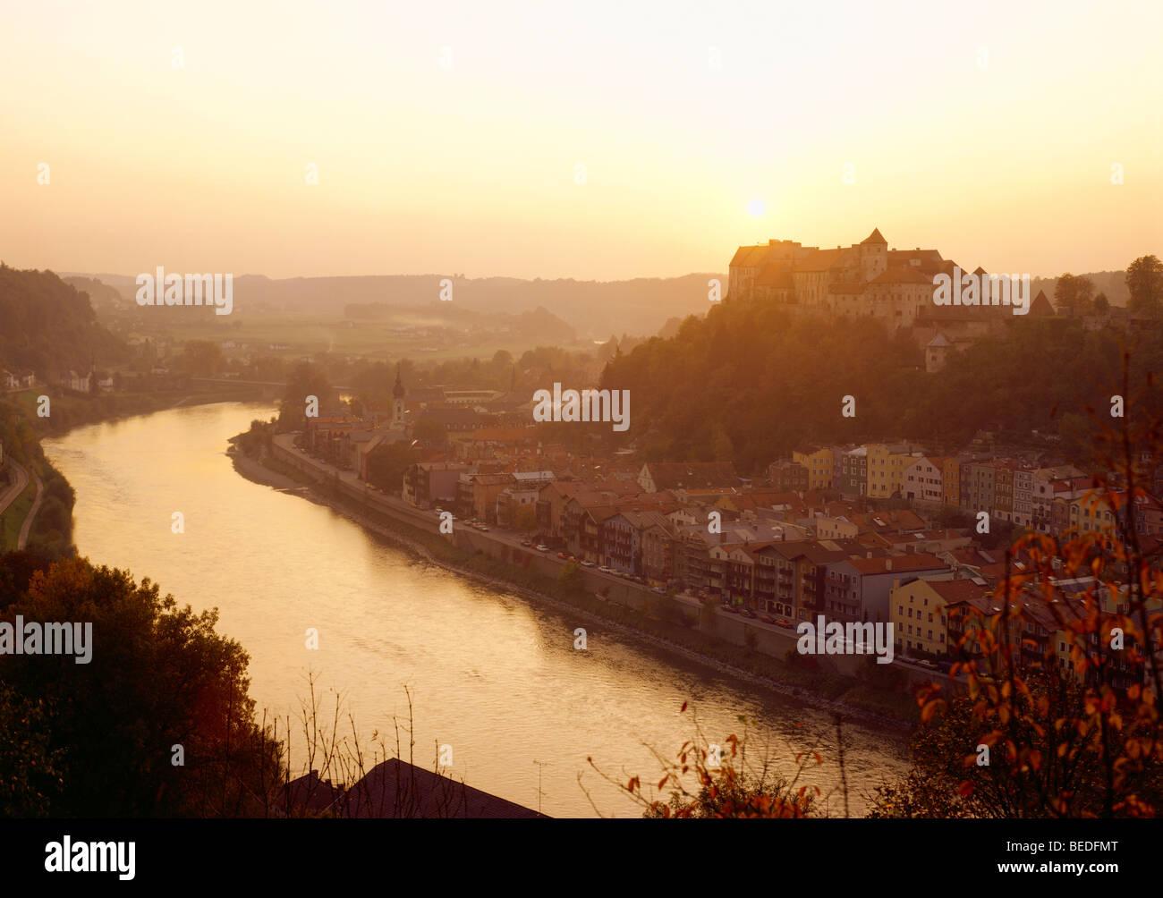 Centro histórico de la ciudad con el castillo y el río Salzach, Burghausen, Alta Baviera, Alemania, Europa Imagen De Stock