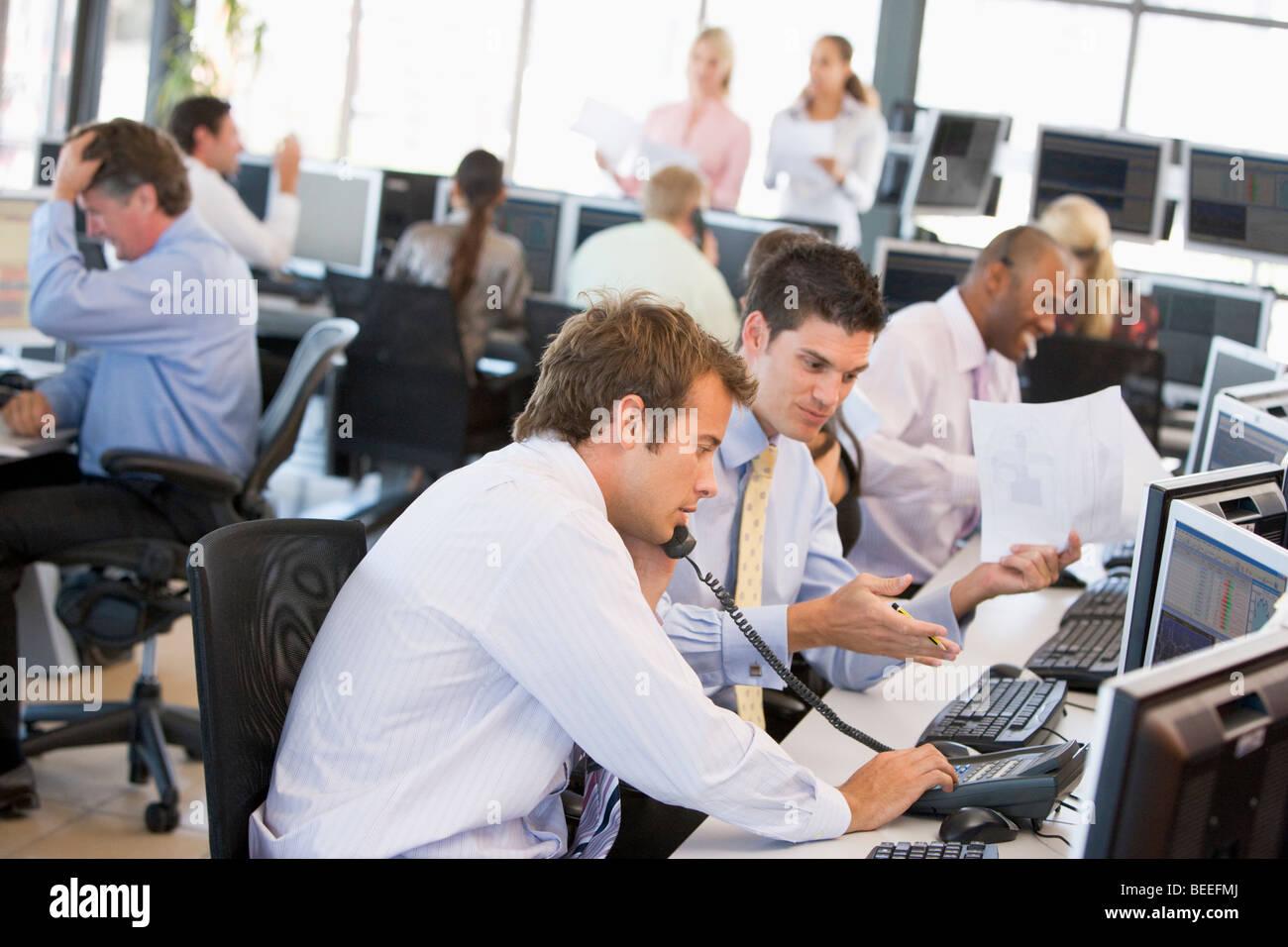 Vista de Ocupado Stock Traders Office Imagen De Stock