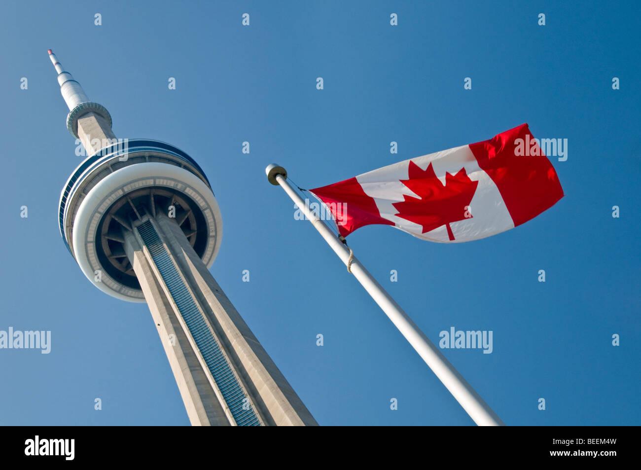 La Torre CN y la Bandera Nacional de Canadá, Toronto, Ontario, Canadá, América del Norte Imagen De Stock