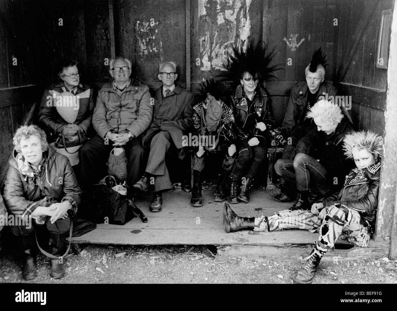 Los manifestantes sentados en el centro militar para protestar contra las armas nucleares. Muchos se concentraron Imagen De Stock