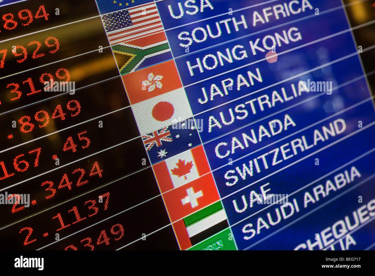 Dinero minorista Travelex muestran tasas de divisas en la Terminal 5 de Heathrow. Foto de stock